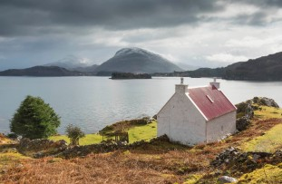 The red roofed cottage on the edge of Loch Shieldaig credit: Kenny Lam / VisitScotland